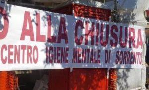 SORRENTO – PROTESTA SILENZIOSA DURANTE LA PROCESSIONE DEL PATRONO,  CONTRO LA CHIUSURA DEL CENTRO DI IGIENE MENTALE.