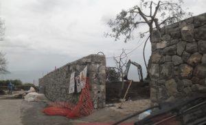 SANT'AGNELLO: UN MURO ABUSIVO  DETURPA VIA BELVEDERE