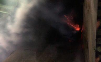 Incendio di sterpaglie a ridosso del fortino di Sant'Antonino