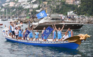 GENOVA – Per un soffio, Amalfi vince la Regata delle Repubbliche marinare: Genova seconda al photofinish