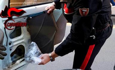 VICO EQUENSE – TROVATA DROGA NELLO SPORTELLO DELL'AUTO: ARRESTATO UN 40ENNE DI META, DENUNCIATA LA COMPLICE