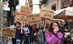 NAPOLI – PROTESTA POPOLARE PER UNO STOP AIR B&B: LE CASE SERVONO COME ABITAZIONI