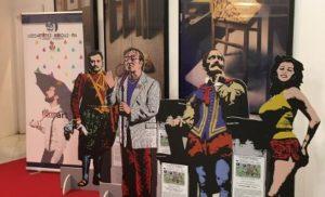 """SORRENTO, GIORNATE PROFESSIONALI DEL CINEMA: AL SORRENTO PALACE GRANDE SUCCESSO PER LE SAGOME IN LEGNO DI PERSONAGGI DELLO SPETTACOLO REALIZZATE DAI RAGAZZI DEL LICEO ARTISTICO MUSICALE """"F. GRANDI"""""""