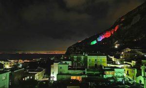 PUNTA SCUTALO: UNA  BANDIERA ITALIANA LUMINOSA COME SIMBOLO DI RINASCITA IN OCCASIONE DEL 25 APRILE