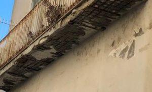 SORRENTO: VIA ANTONIO SERSALE, UN BALCONE DA RISTRUTTURARE A TUTELA DELLA SALUTE PUBBLICA